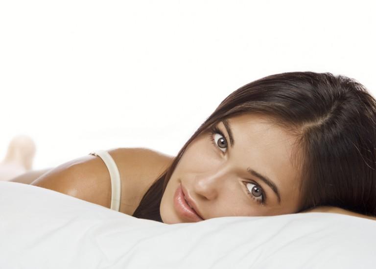 Ein Nackenstützkissen hilft beim Entspannen